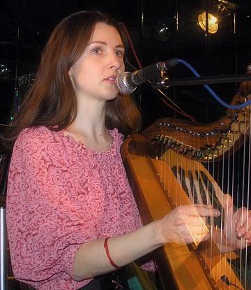 Девушка с ирландской арфой