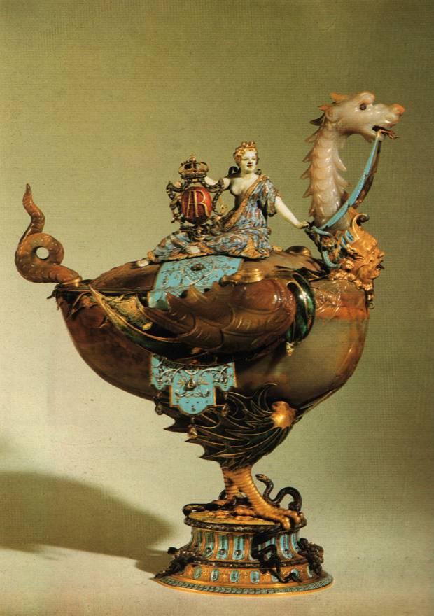 Сардоникс, золото, алмазы, эмаль - Чаша в виде дракона с Медеей на крышке